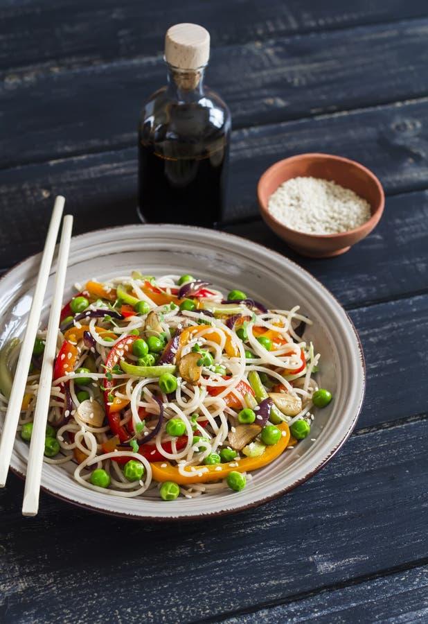 De rijstnoedels met groente bewegen gebraden gerecht op de ceramische plaat stock fotografie