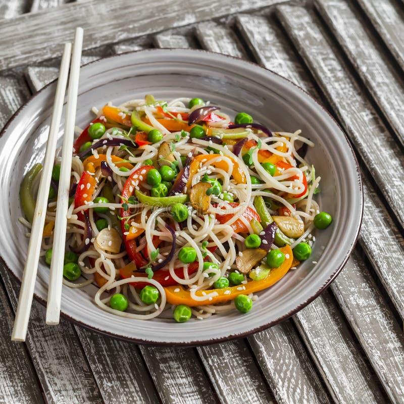 De rijstnoedels met groente bewegen gebraden gerecht op de ceramische plaat royalty-vrije stock foto's
