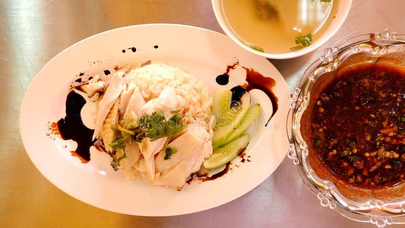 De rijstreeks van de Hainanesekip met Aziatische voedsel dat van de soep het hoogste mening wordt gediend royalty-vrije stock fotografie
