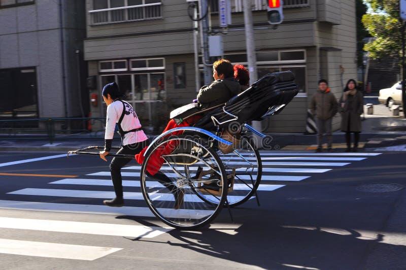 De riksja van Asakusa met een toerist en de trekker stock fotografie
