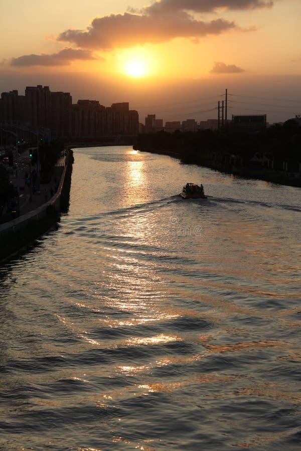 De rimpelingen in de zonsondergang stock foto's