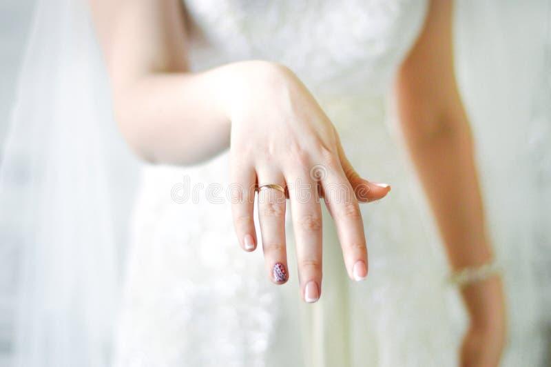 De ring van de bruidhand stock afbeelding