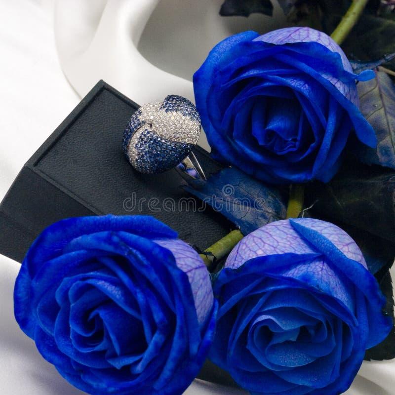 De ring van de diamant tussen de bloemen royalty-vrije stock fotografie