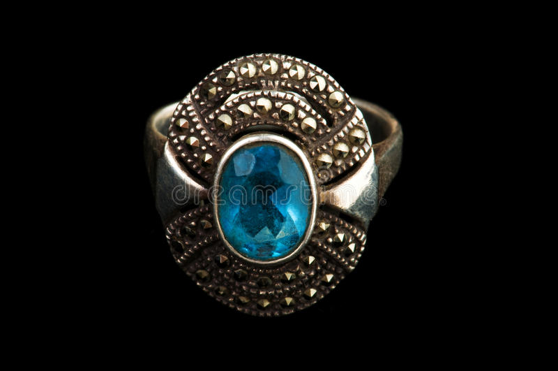 De ring van juwelen die op de zwarte wordt geïsoleerdl stock foto