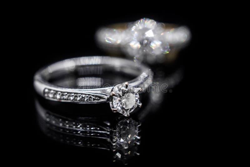 De ring van de juwelendiamant op zwarte achtergrond met bezinning stock foto's