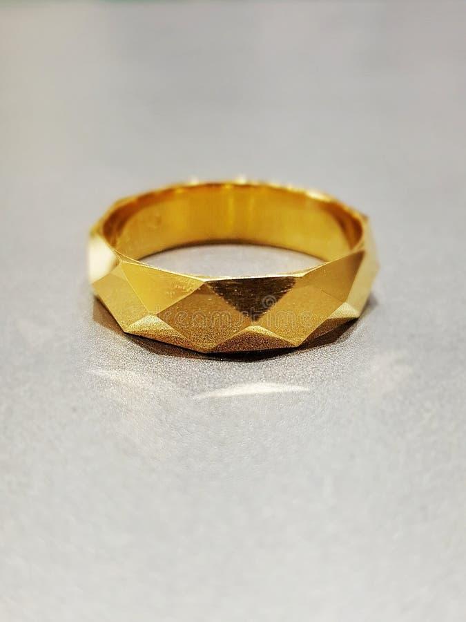 de ring van de mensen van de diamantbesnoeiing royalty-vrije stock afbeelding