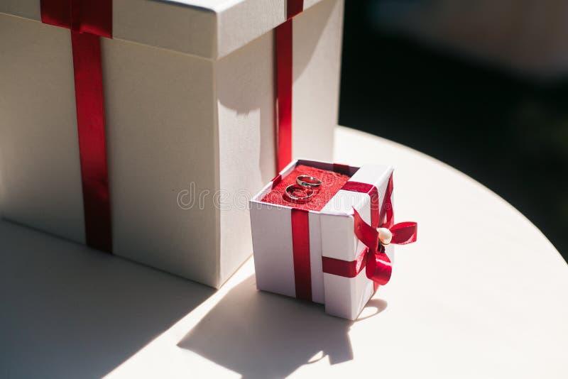 De ring van de overeenkomstendiamant in een witte doos met rood lint en heden royalty-vrije stock foto