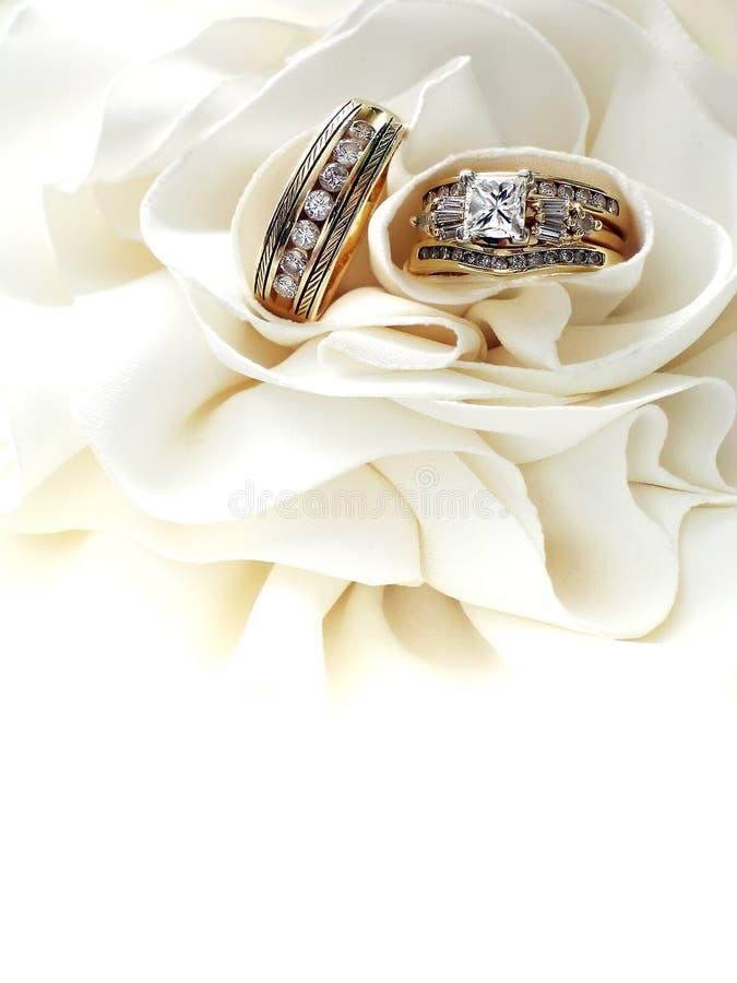 De Ringen van de diamanten bruiloft stock afbeelding