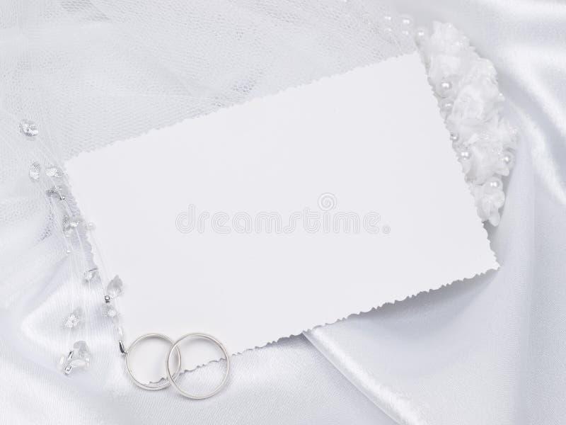 De ringen van de zilveren bruiloft op een kaart stock afbeelding