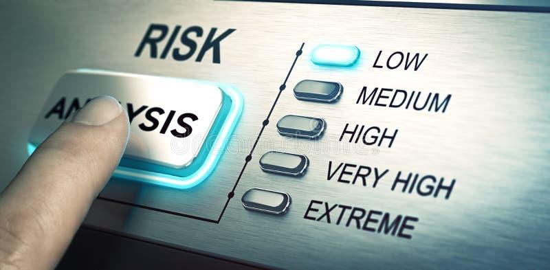 De risico's analyseren, met lage risico's royalty-vrije illustratie