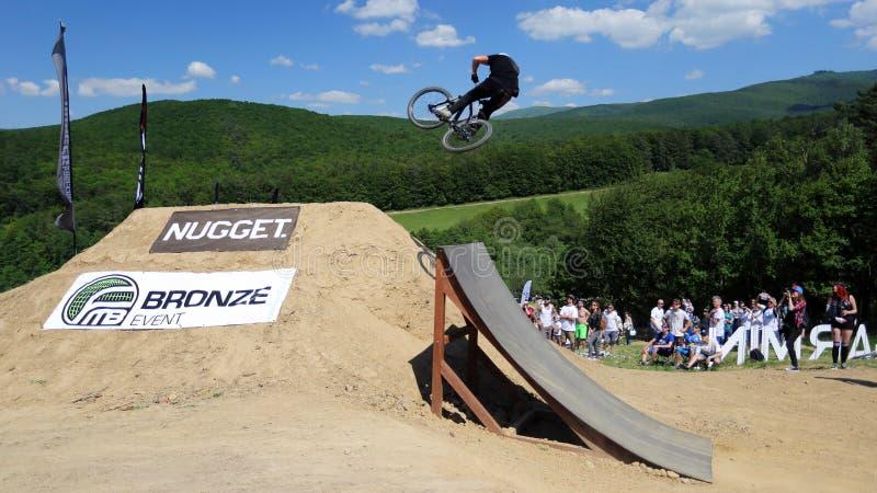De rit van de de concurrentiefiets in slopestyle stock foto