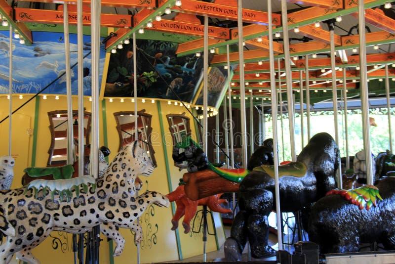 De rit van de pretcarrousel met verscheidene wilde dieren om te kiezen van, Cleveland Zoo, Ohio, 2016 stock fotografie