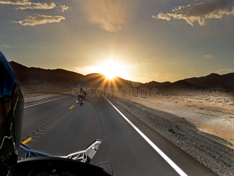 De rit van de zonsondergangmotorfiets stock afbeeldingen