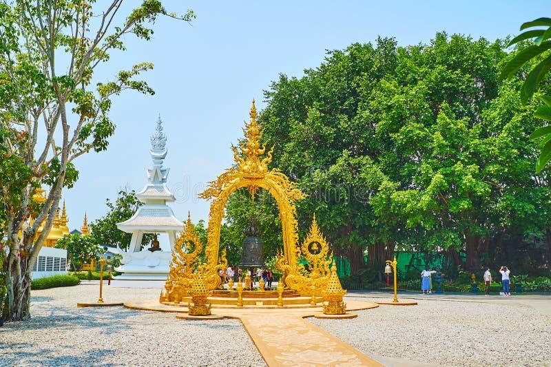 De rituele Boeddhistische klok in gouden paviljoen, Witte Tempel, Chiang Rai, Thailand stock afbeelding
