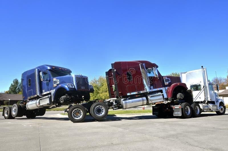 De ritvervoer per kangoeroewagen van vrachtwagentractoren stock afbeelding