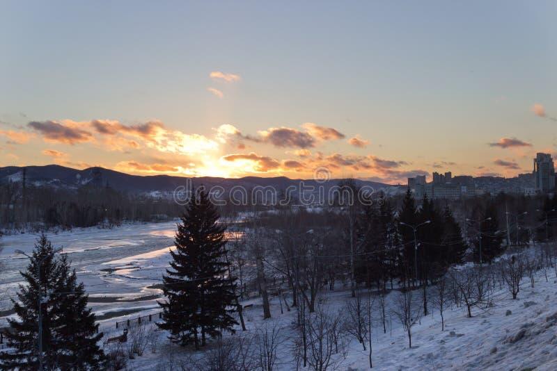 De rivier in de winter bij zonsondergang in Rusland royalty-vrije stock foto