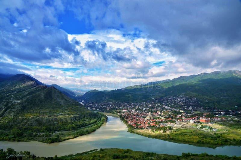 De rivier die een stad en bergen verdeelt royalty-vrije stock foto's