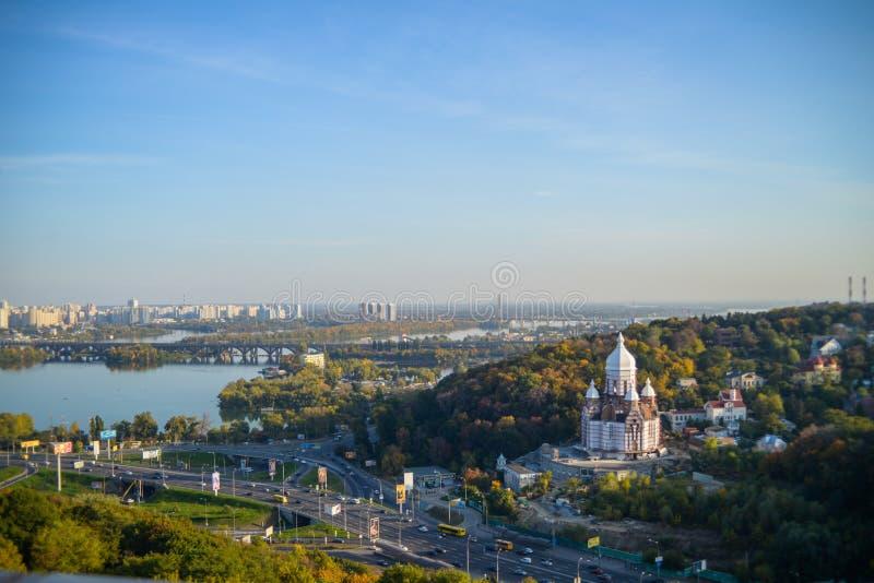 De rivier en de kerk van Kiev stock afbeeldingen