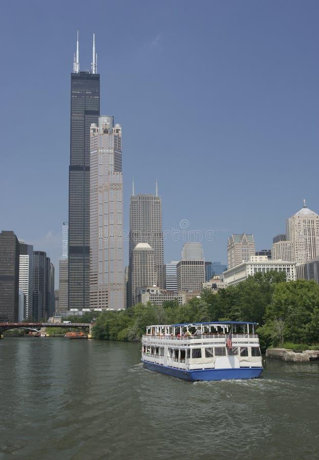 De Rivier en de wolkenkrabbers van Chicago met inbegrip van Willis Tower (schroeit vroeger Toren) royalty-vrije stock afbeeldingen
