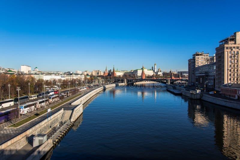 De rivier en het Kremlin van Moskou royalty-vrije stock foto
