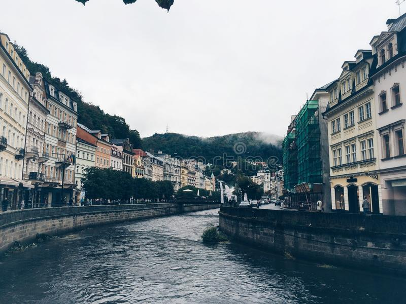 De rivier in Karkovy varieert, Tsjechische Republiek stock foto