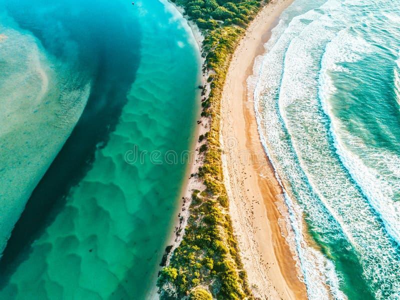 De rivier knuffelt de oceaan die luchtweergaven aanwakkert royalty-vrije stock fotografie