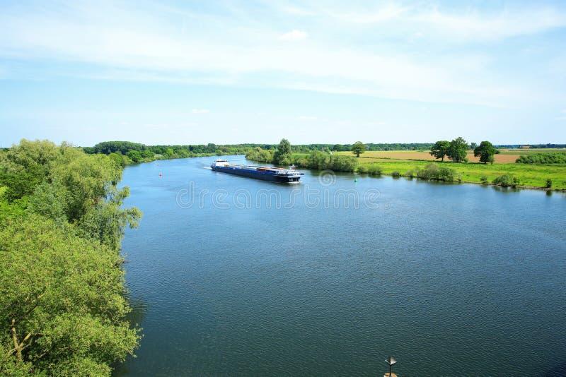 De rivier Maas in Limburg, Nederland, een panorama stock foto