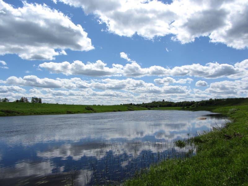 De rivier in Pskov stock afbeeldingen