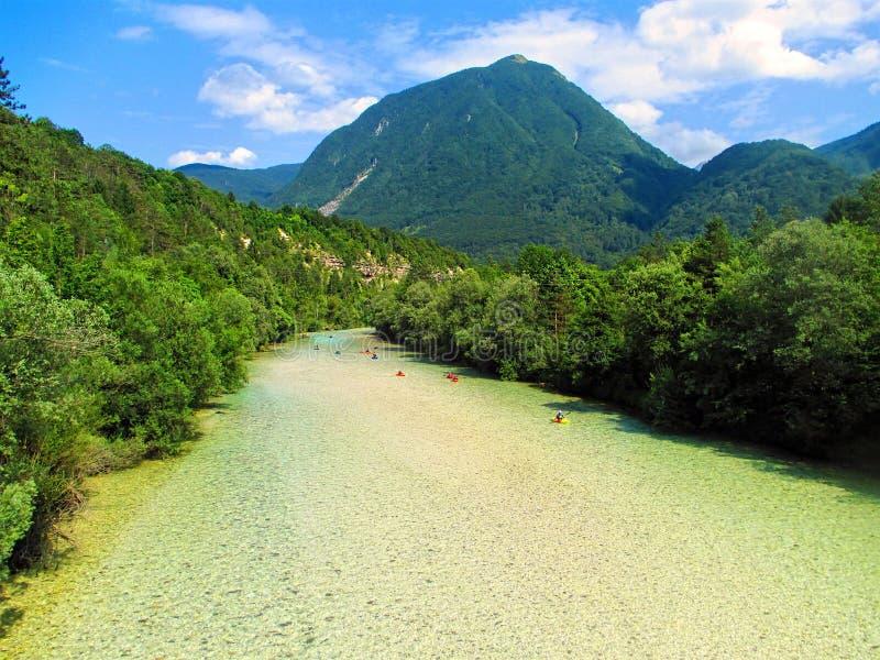 De rivier Soca dichtbij Bovec is een populaire bestemming voor het kayaking en stock foto