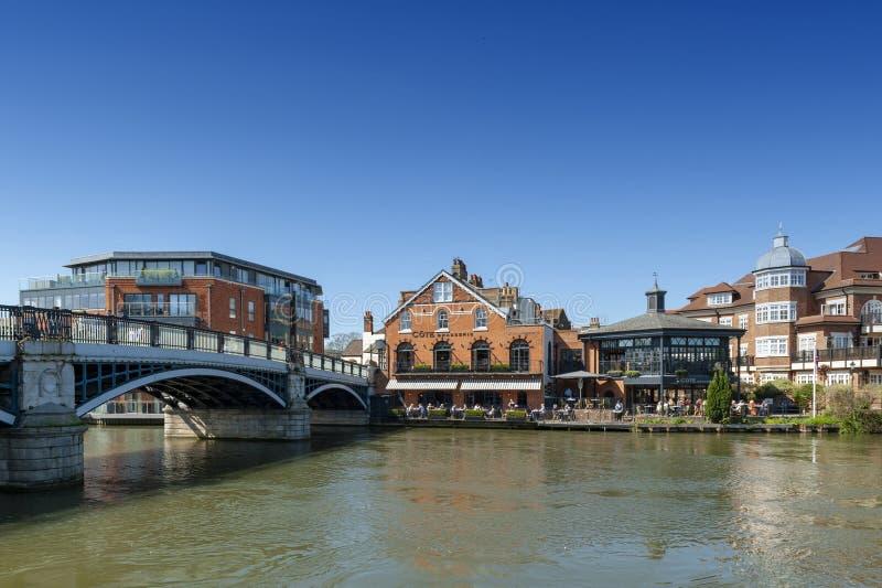 De Rivier Theems die door Windsor en Eton, tweelingdiesteden in Berkshire vloeien, door Windsor Bridge, Engeland het UK wordt aan royalty-vrije stock afbeelding
