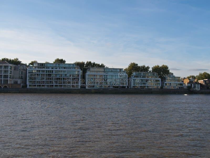 De Rivier Theems en witte moderne flatgebouwen tegen blauwe hemel stock foto