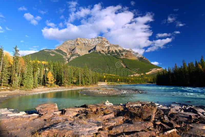 De Rivier van Athabasca en zet Kerkeslin op royalty-vrije stock foto