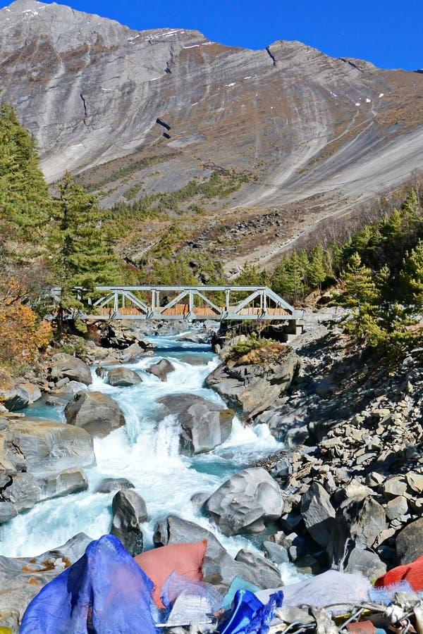 De rivier van bergnepal stock afbeelding