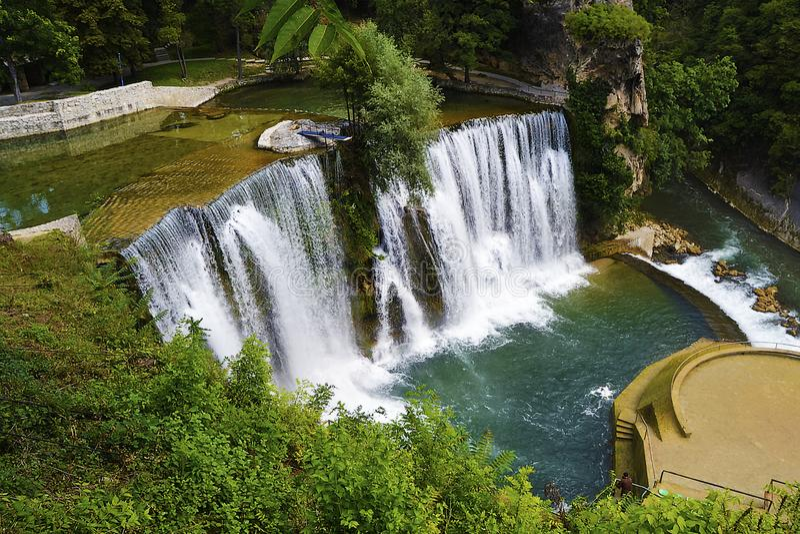 De rivier van Bosnië Pliva van de Jajcewaterval royalty-vrije stock afbeelding