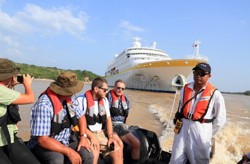 De Rivier van Brazilië, Amazonië: Cruiseschip bij Anker - Toeristenexcursie stock foto's