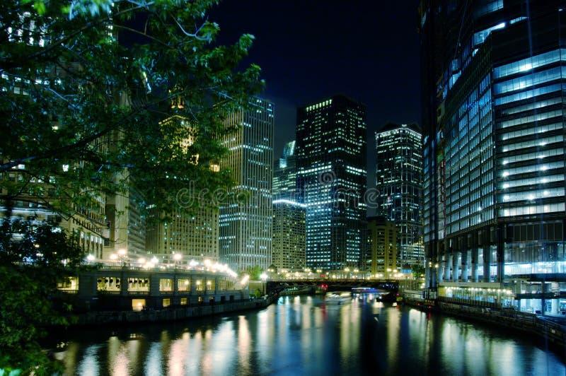 De Rivier van Chicago bij Nacht stock afbeelding