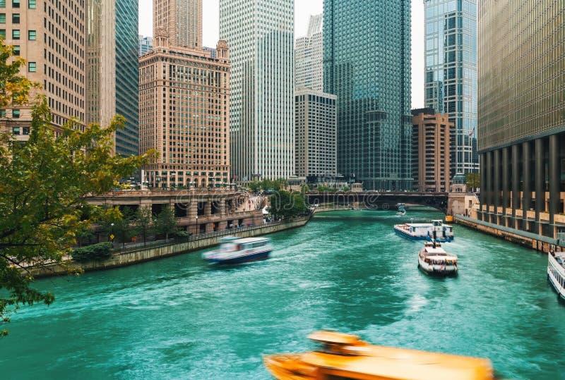 De Rivier van Chicago met boten en verkeer royalty-vrije stock afbeelding