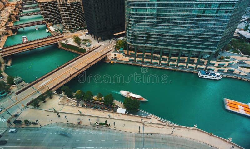 De Rivier van Chicago met boten en verkeer stock foto