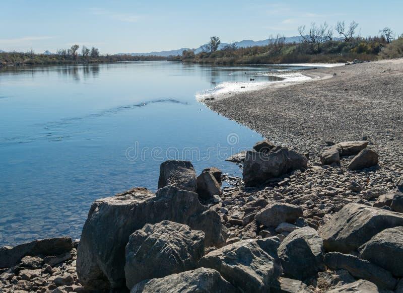 De Rivier van Colorado dichtbij Naalden, Californië stock afbeeldingen