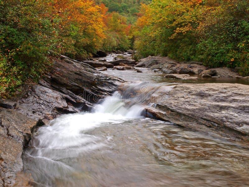 De rivier van de berg in de herfst royalty-vrije stock afbeeldingen