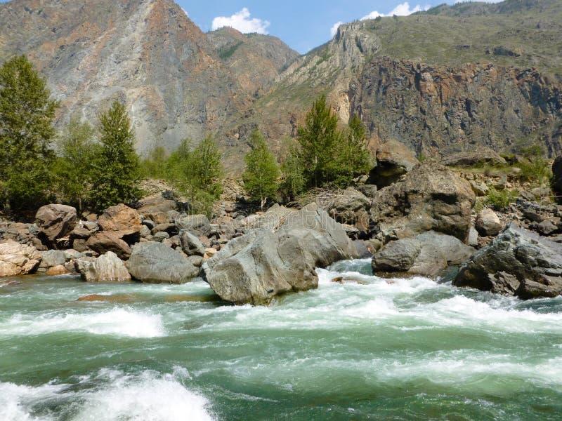 De rivier van de bergvallei royalty-vrije stock fotografie