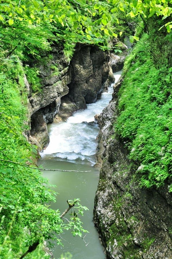 De rivier van de landschapsberg met grote rotsen op de kust stock afbeeldingen