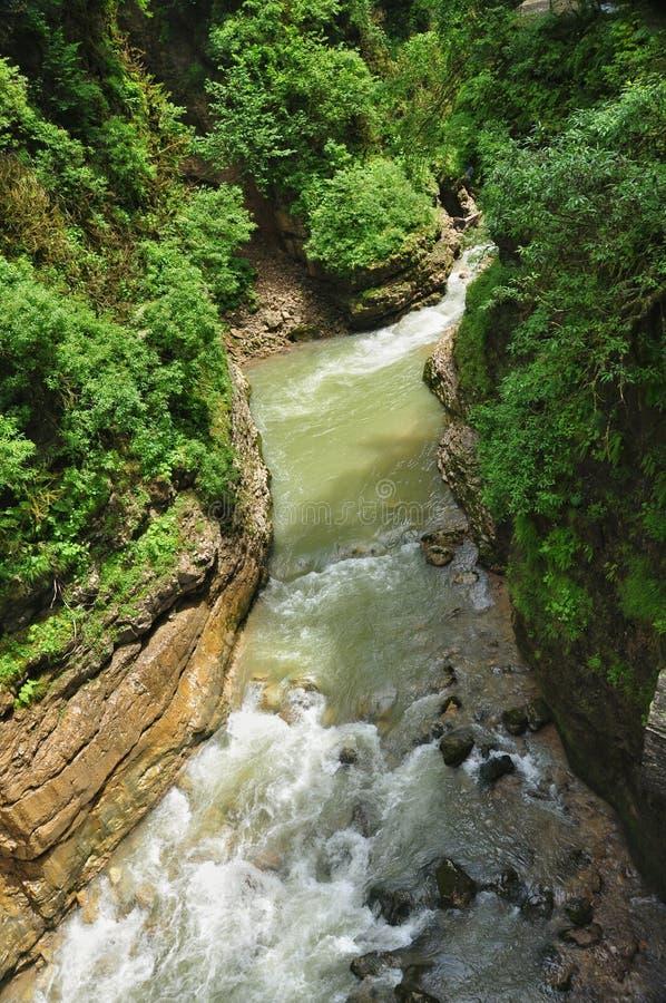 De rivier van de landschapsberg met grote rotsen op de kust stock fotografie