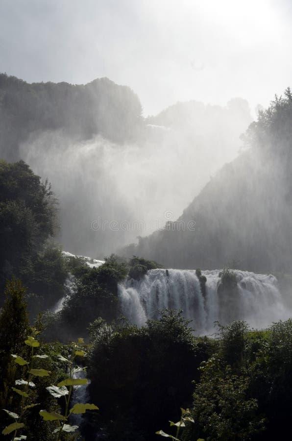 De rivier van de watervallen (Terni Italië) Velino van Marmore bij eerste sprong van drie stock afbeelding