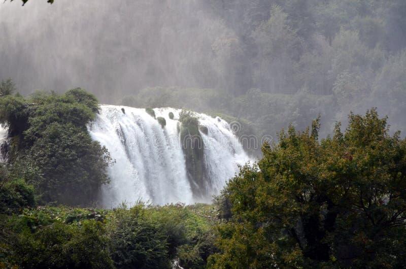 De rivier van de watervallen (Terni Italië) Velino van Marmore bij eerste sprong van drie royalty-vrije stock foto's