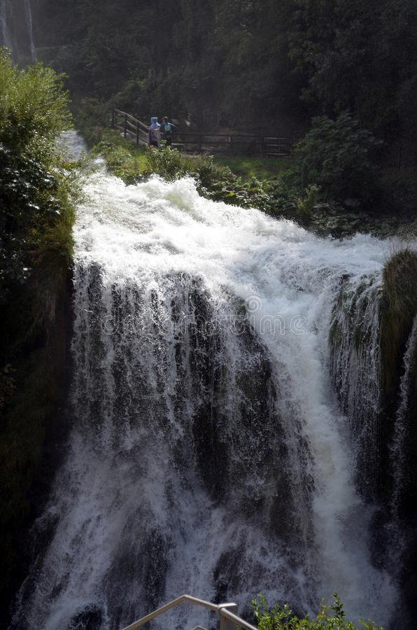 De rivier van de watervallen (Terni Italië) Velino van Marmore bij eerste sprong van drie stock afbeeldingen