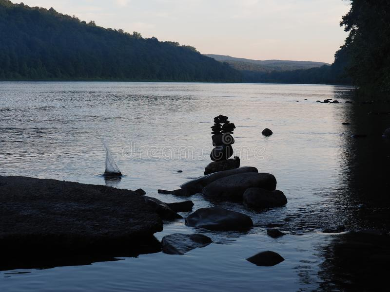 De Rivier van Delaware en een rotstoren op een mooie de Zomerdag royalty-vrije stock fotografie