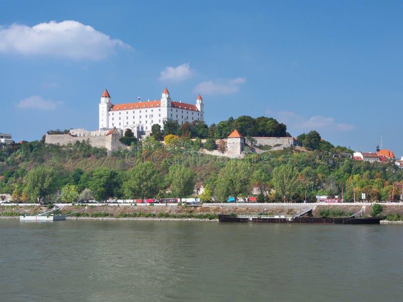 De rivier van Donau en het kasteel van Bratislava royalty-vrije stock afbeeldingen