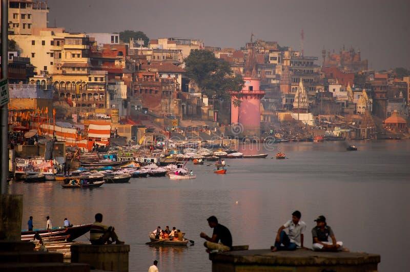 De rivier van Ganges in de stad van Varanasi stock foto