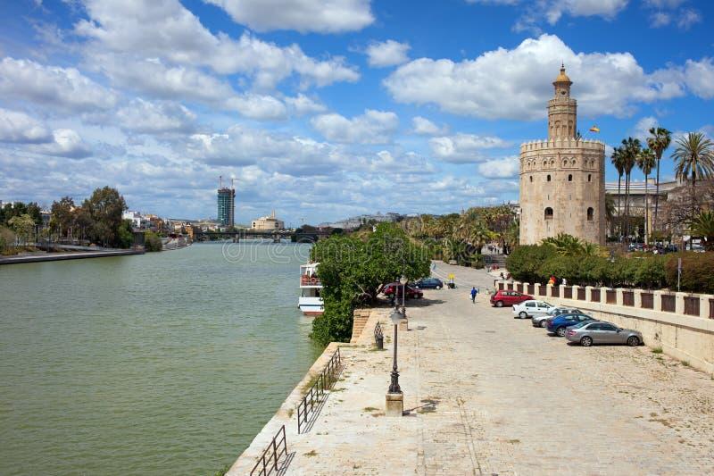 De Rivier van Guadalquivir en Gouden Toren in Sevilla royalty-vrije stock fotografie